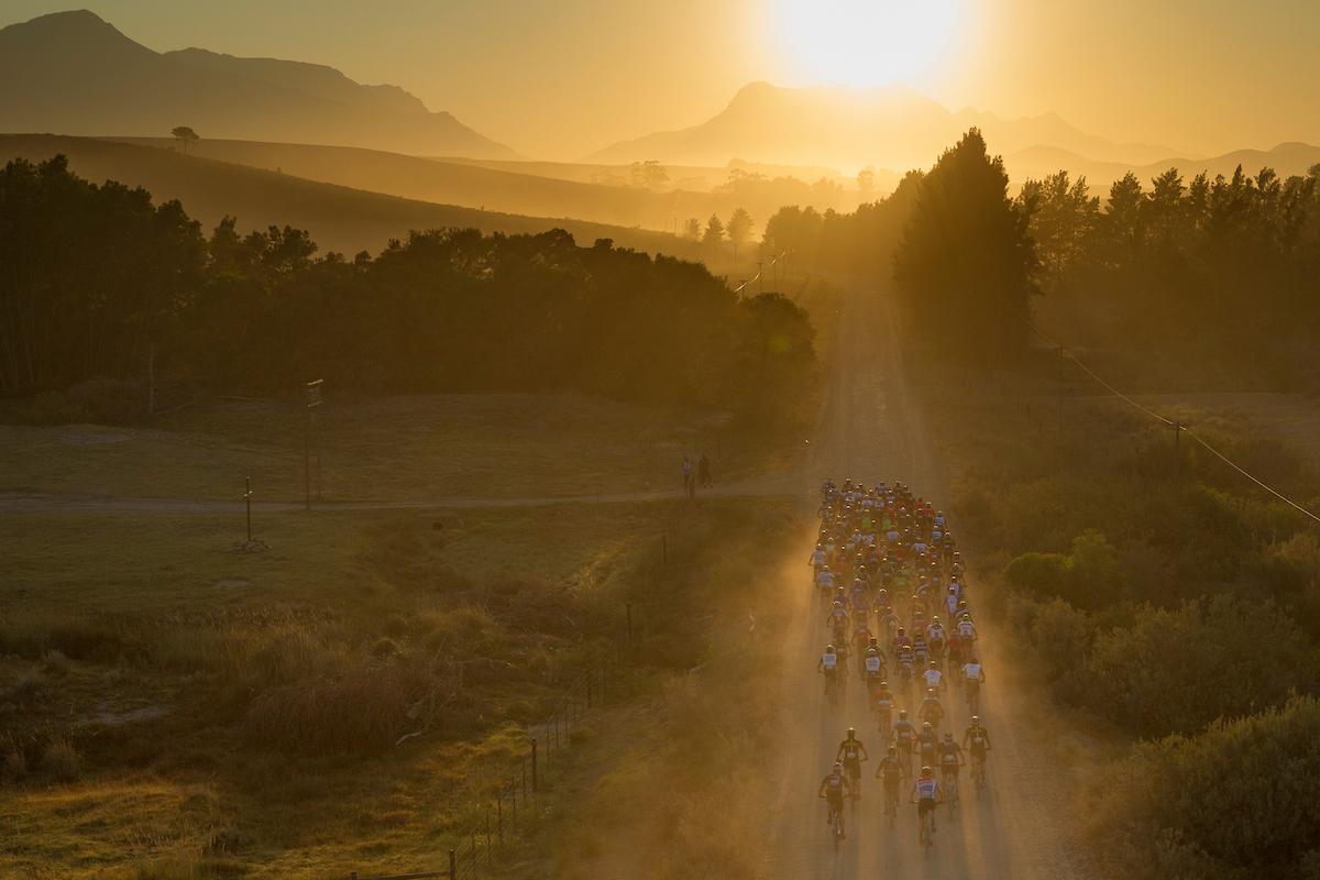 Velocidad, pelotón, polvo y sol de cara. Una combinación peligros. Foto Greg Beadle/Cape Epic/SPORTZPICS