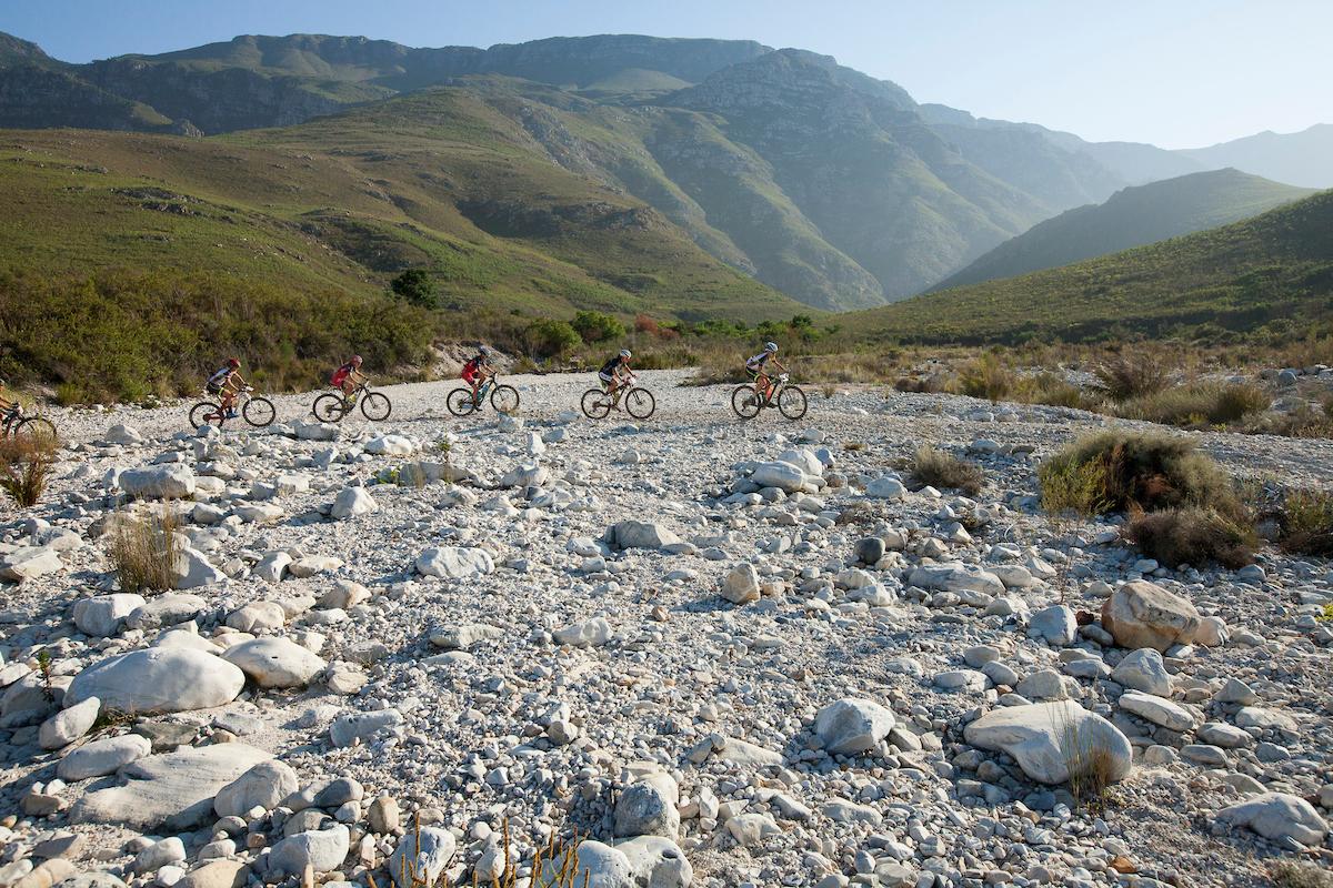 Cruzando cauces de ríos, otra nota común del día de hoy. Foto Sam Clark/Cape Epic/SPORTZPICS