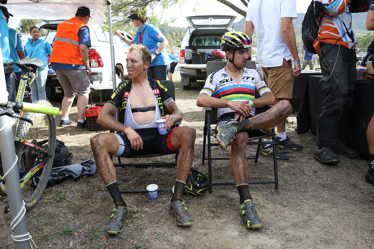 Matthias  Stirnemann  y Nino Schurter no estaban muy contentos con como ha acabado la etapa. Foto Shaun Roy/Cape Epic/SPORTZPICS