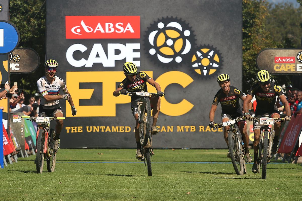 Andri Frischknecht y Michiel Van der Heijden son novatos en la carrera y ya pueden decir que han ganado una etapa. Foto Shaun Roy/Cape Epic/SPORTZPICS