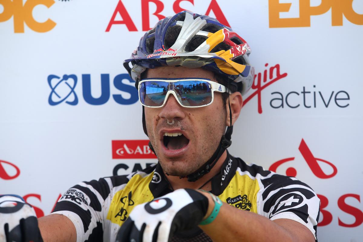 La cara de Avancini en meta. Adiós al liderato que han tenido desde el primer día. Foto Shaun Roy/Cape Epic/SPORTZPICS