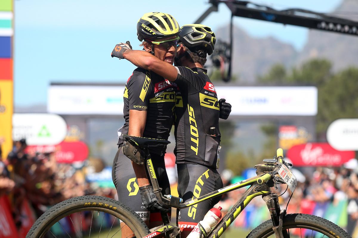 Y nueva victoria de etapa para Frischknecht y Van der Heijden. Ojo al carrerón que han hecho. Foto Shaun Roy/Cape Epic/SPORTZPICS