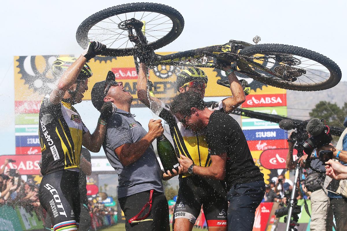 Que vuele el champagne! Foto Shaun Roy/Cape Epic/SPORTZPICS