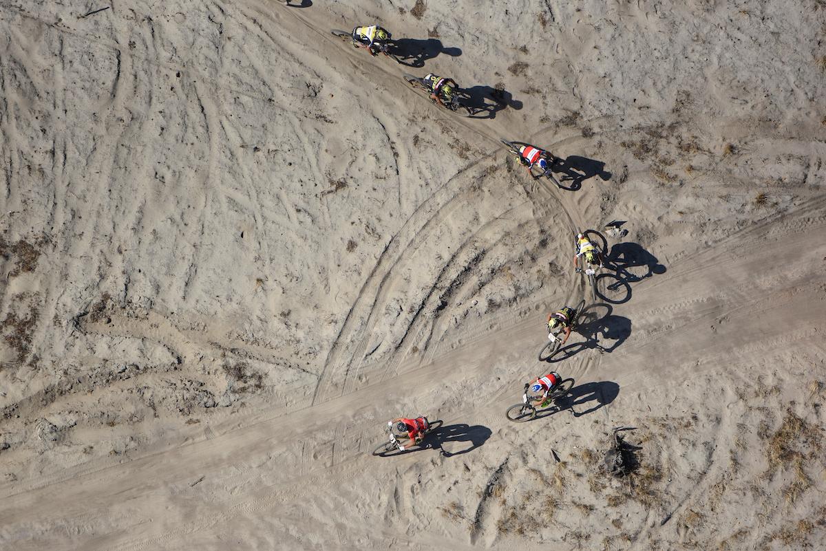 Tampoco han faltado los tramos de arena. Foto Zoon Cronje/Cape Epic/SPORTZPICS
