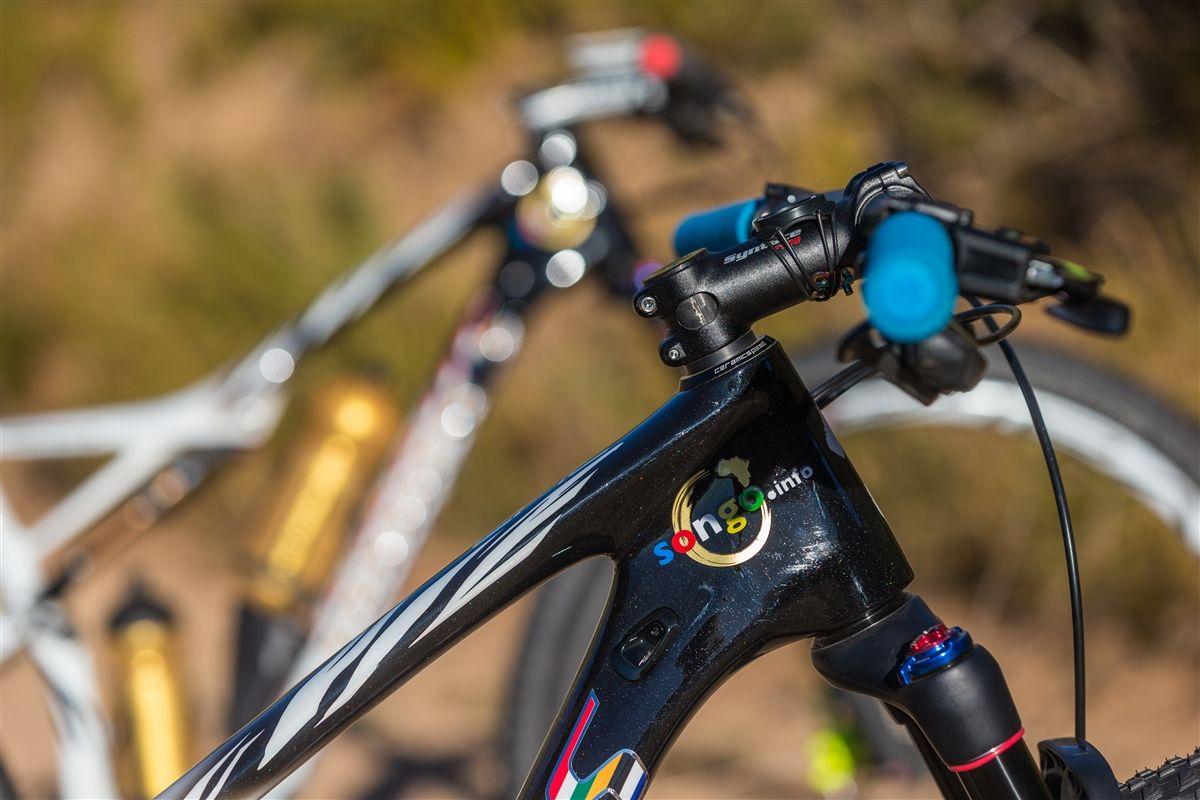 Potencia Syntace y puños Supacaz en la bici de Sauser