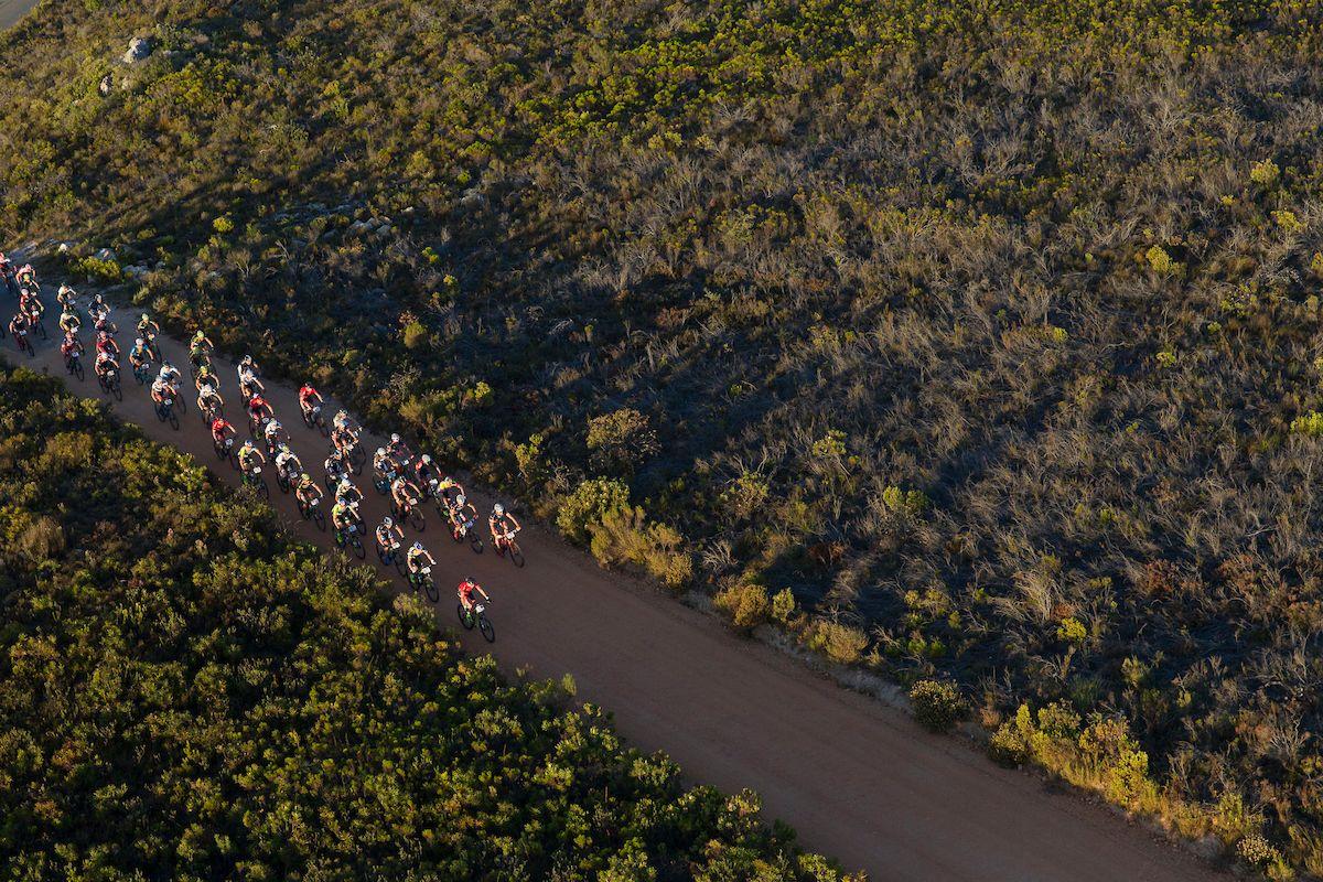 Tramo de subida de asfalto en el inicio de la etapa. Foto Greg Beadle/Cape Epic/SPORTZPICS