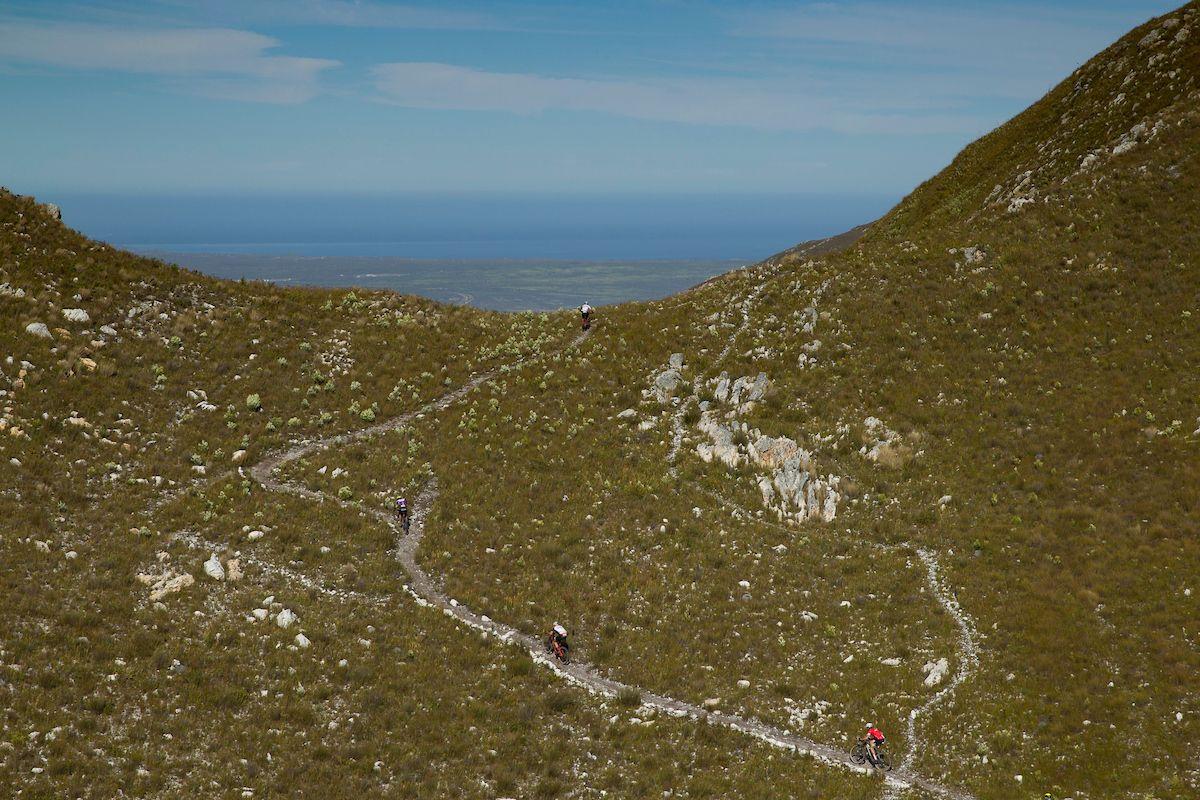 Últimos metros de la espectacular ascensión al Haarkapperspas. Foto reg Beadle/Cape Epic/SPORTZPICS