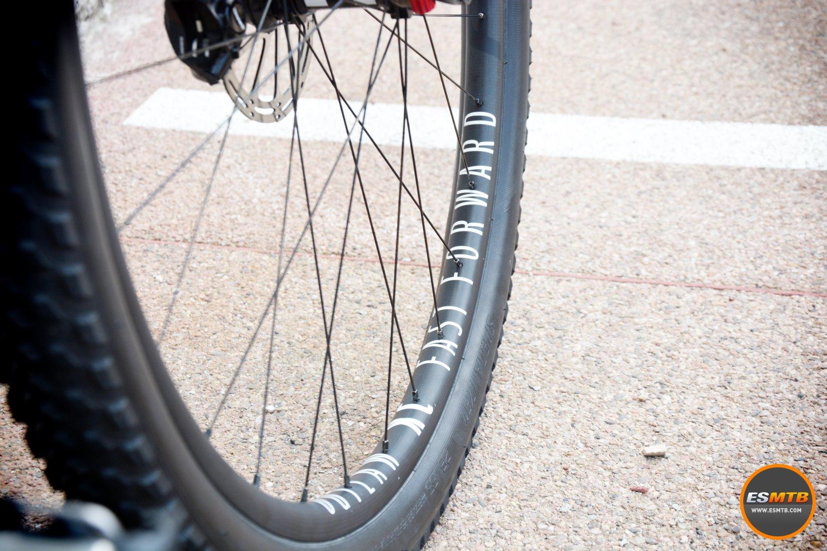 Llamativas las nuevas ruedas de MTB de Fast Forward. De carbono, anchas y buenos acabados.