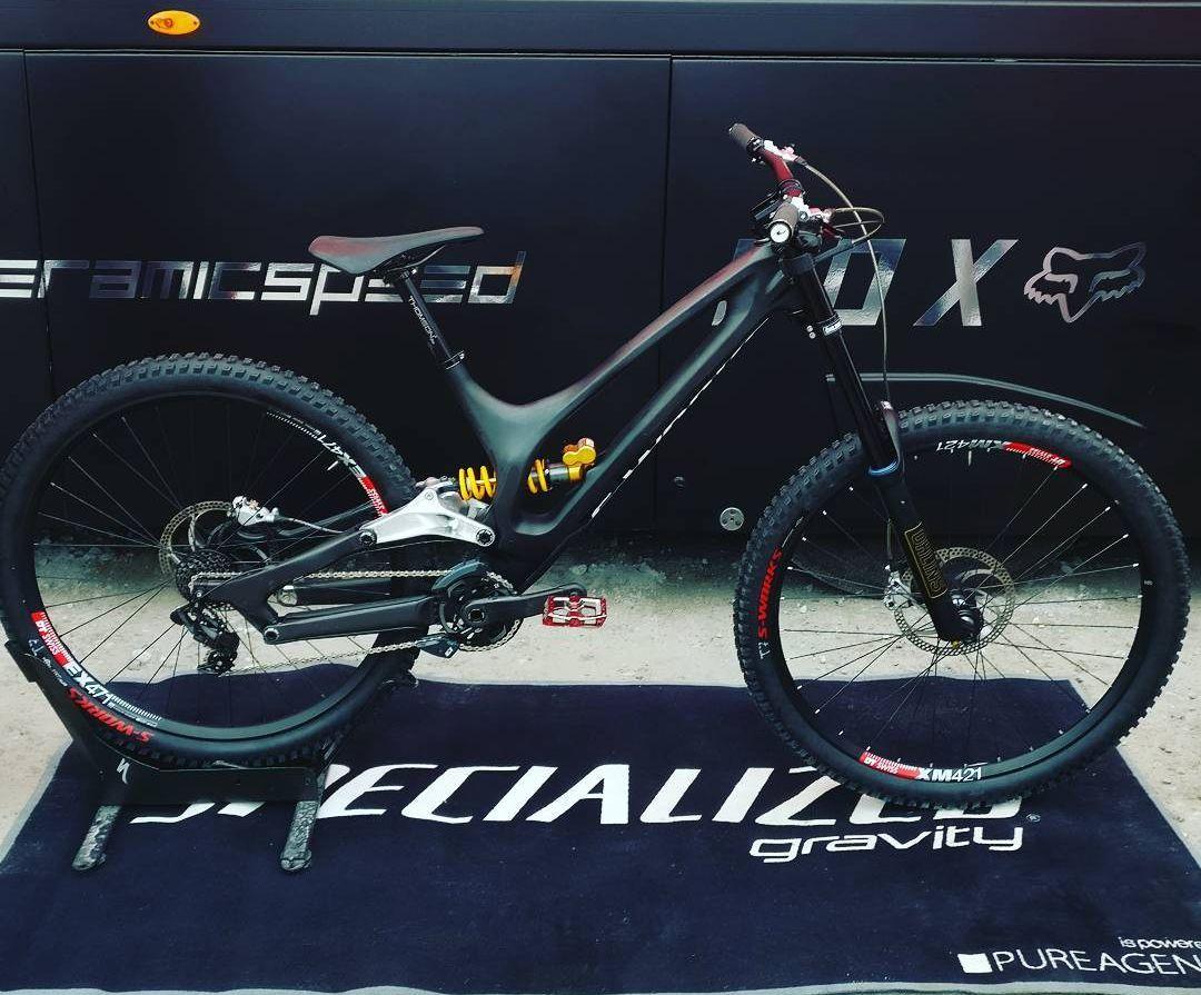 """La bicicleta de Loic Bruni, una Demo con ruedas de 29"""". Está en Fort William, él mismo la ha mostrado pero la decisión de con qué bicicleta competir aún está abierta"""
