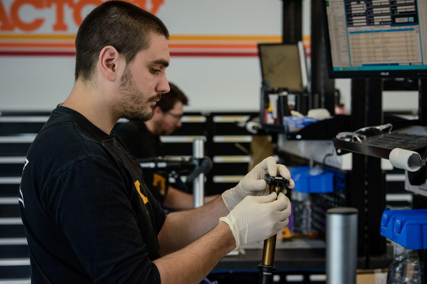 Cada técnico tiene su espacio individual con todo lo necesario para trabajar de forma independiente. De media se realizan unos 40 servicios diarios. Horquillas, amortiguadores y ahora también tijas telescópicas.