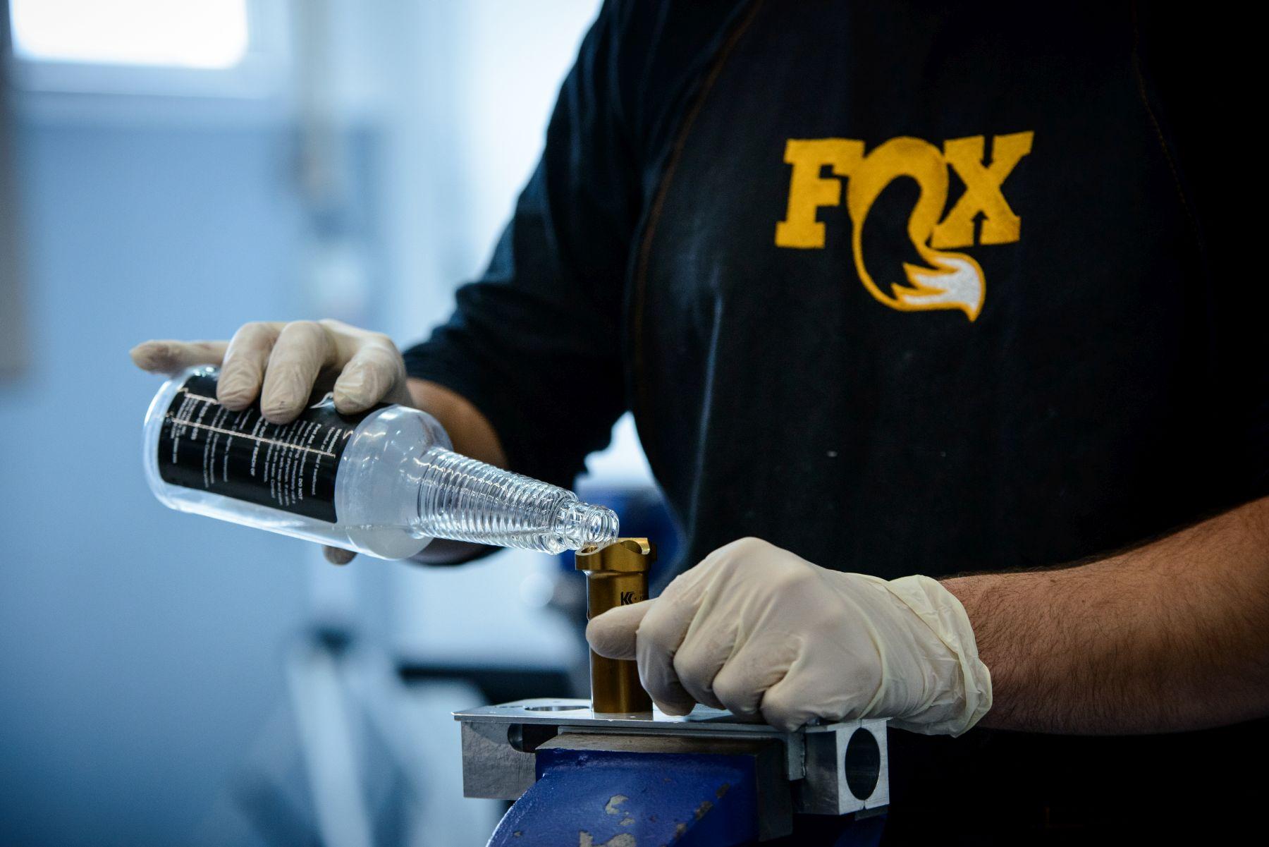 Usar productos originales de Fox es una forma de garantizar que siempre estás empleando elementos 100% pensados para tu suspensión. Desde piezas de recambio a aceites.