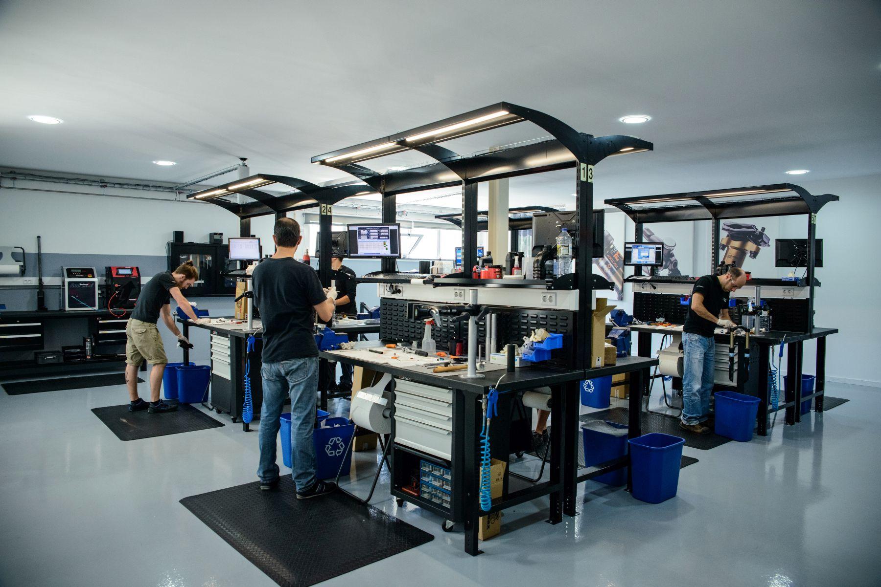 Una de las grandes inversiones en el cambio de sede ha sido crear una sala de servicio técnico ideal. Mantenimientos, garantías, actualizaciones de productos con mejoras... es una parte vital de este tipo de productos. Un espacio que puede albergar hasta 8 técnicos.