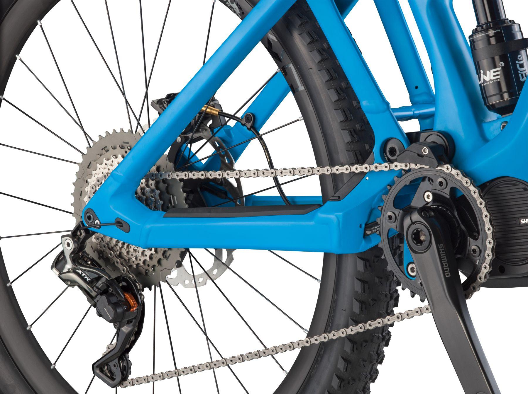 La nueva geometría plasmada en una e-MTB. Vainas cortas, pedalier algo más alto para no tocar con los pedales, ángulo de dirección más relajado y reach más largo