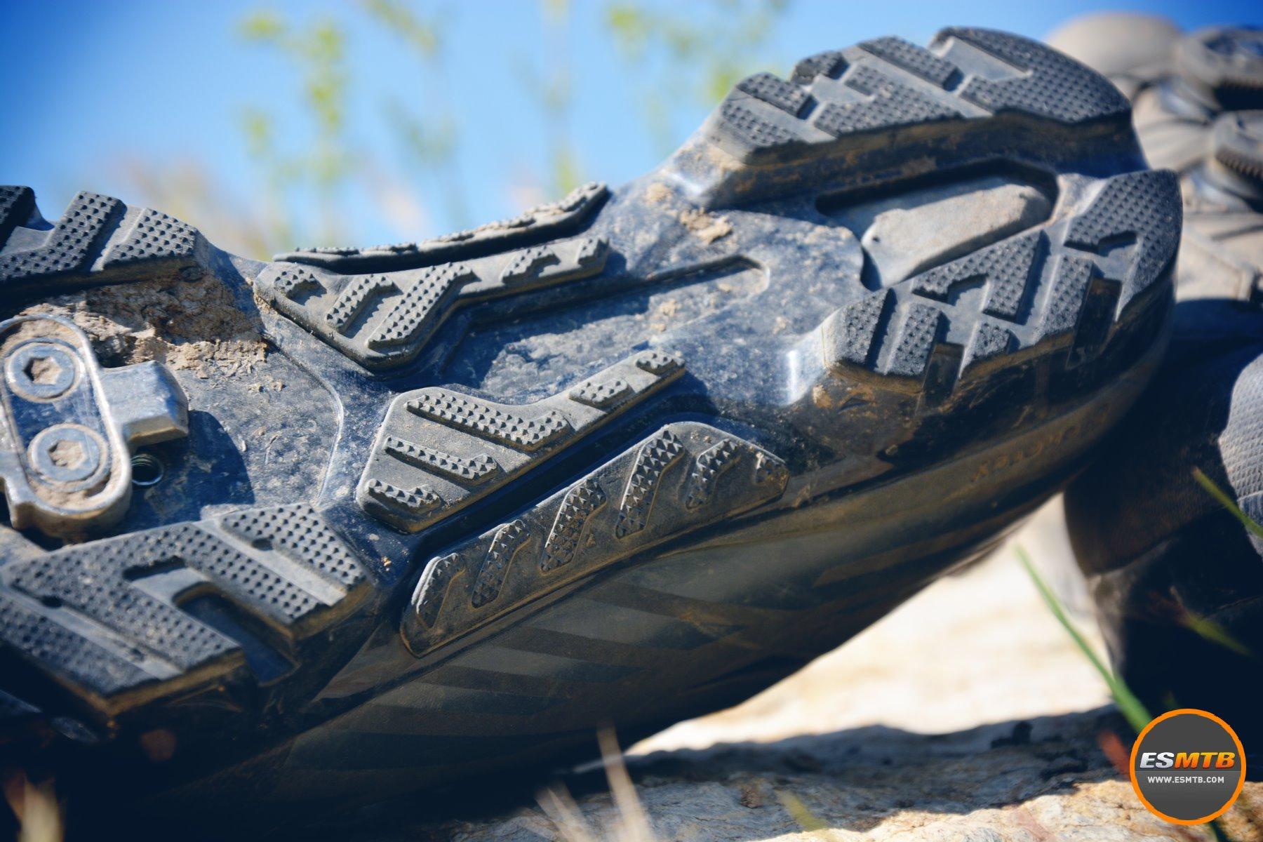 Detalles de la suela, con inserciones de goma que ayudan a caminar en cualquier terreno