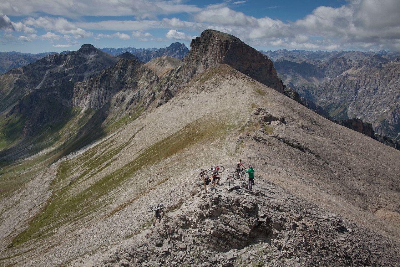 Monte Bellino, la primera gran ascensión de la prueba, con un tramo final de porteo tras una larga ascensión de 15km al 9% de media para llegar a los  2.930 metros de altura. El descenso posterior vale el esfuerzo