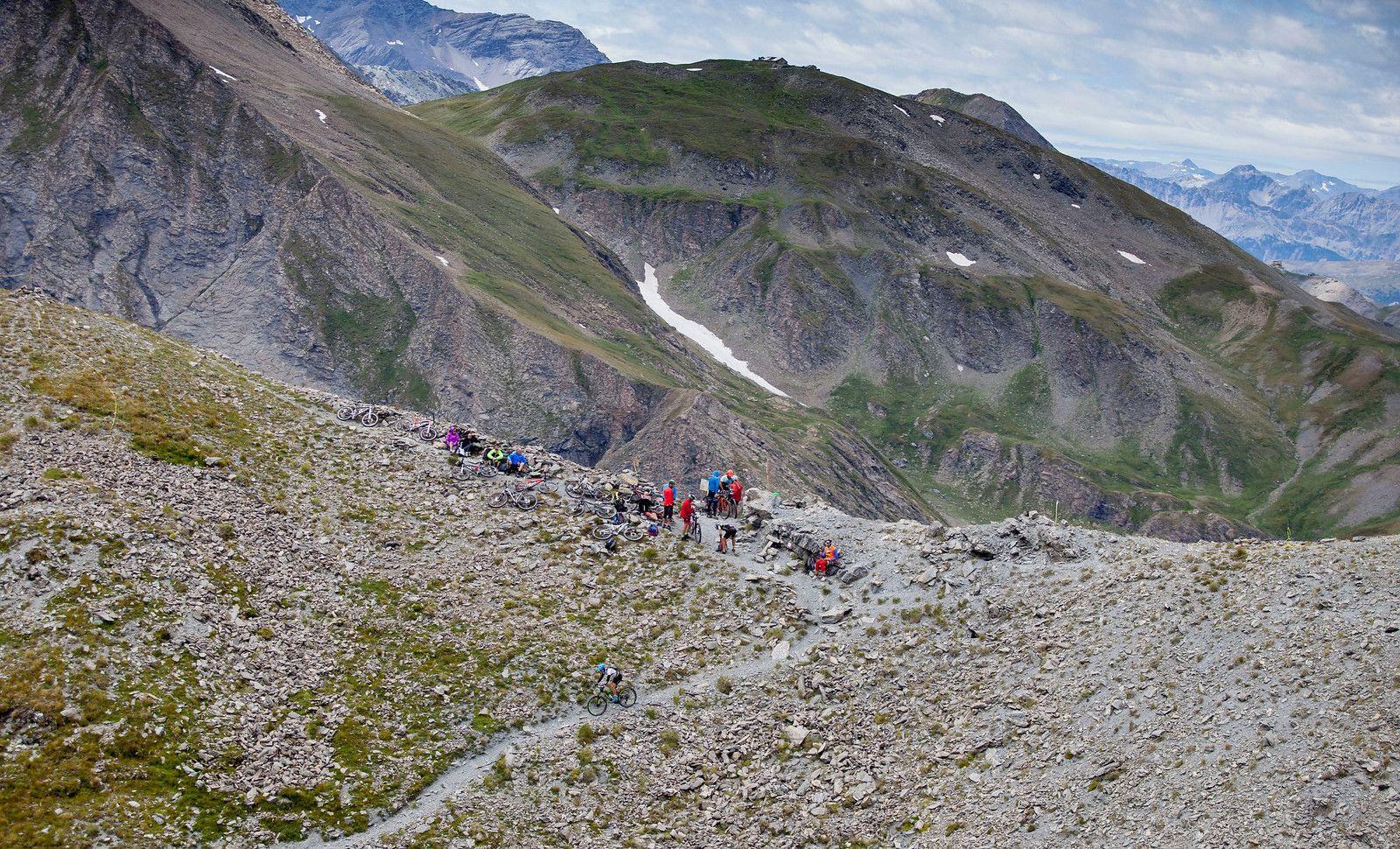 El Colle Albergian, de 2.704 metros de altitud, podría parecer que no es especialmente duro en su perfil, pero es el tramo de porteo más largo de la prueba que da paso a una de las mejores bajadas de la carrera. Es relativamente nuevo en la historia del Ironbike pero ya se ha vuelto un clásico.