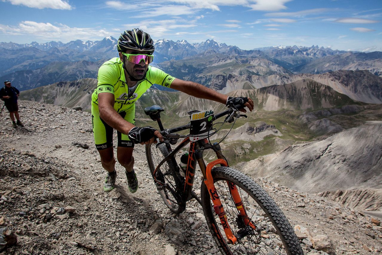 Joseba Albizu cerca de coronar el Chaberton. Es complicado lograr subirlo todo en bicicleta. Sendero técnico, muy inclinado, la altura y el cansancio acumulado no ayudan.