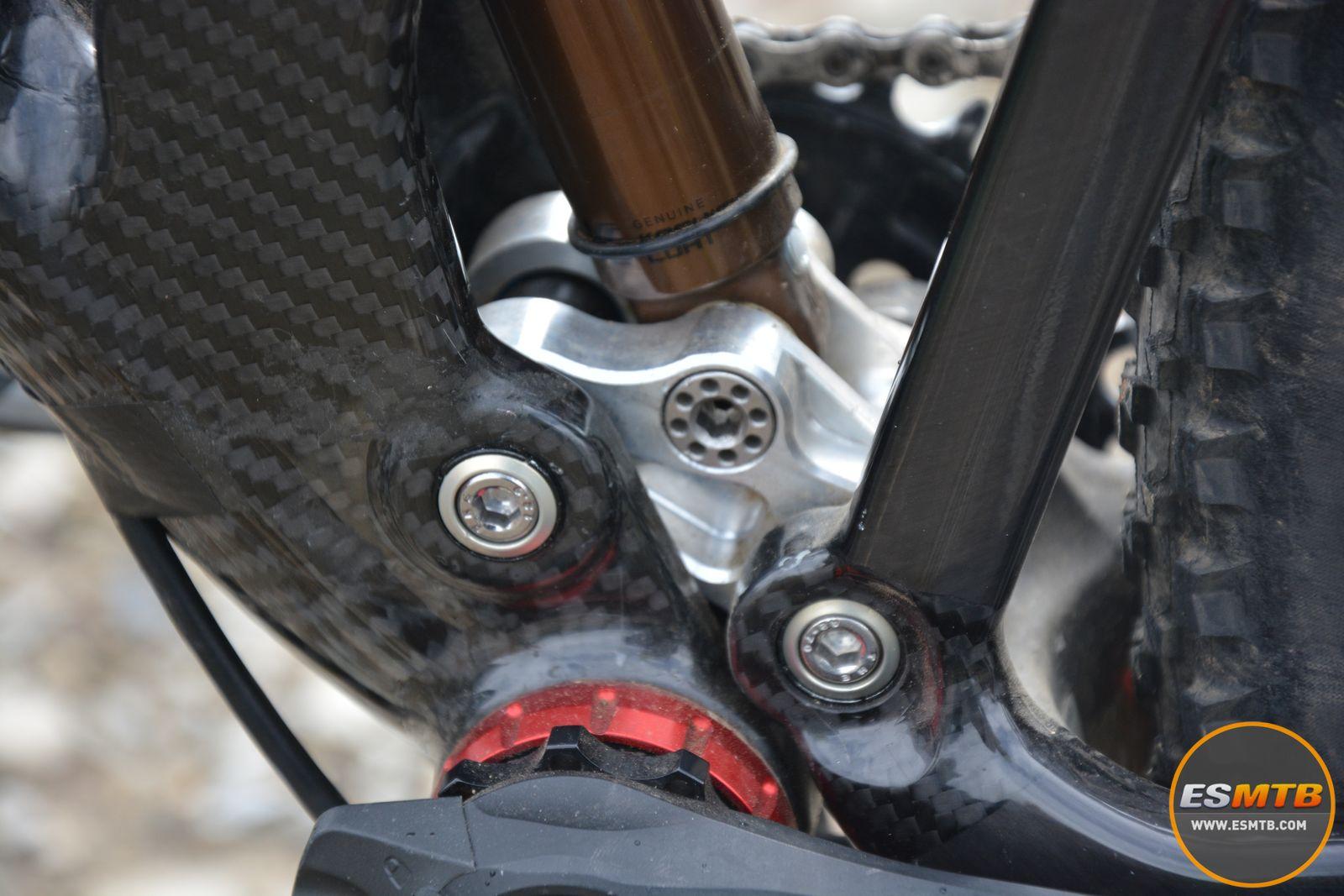 El poco aluminio que encuentras en el cuadro de la Mondraker doble. Una pieza clave en el sistema de suspensión diseñado para este modelo. Está todavía en fase prototipo, y puede recibir cambios importantes de cara al modelo final.