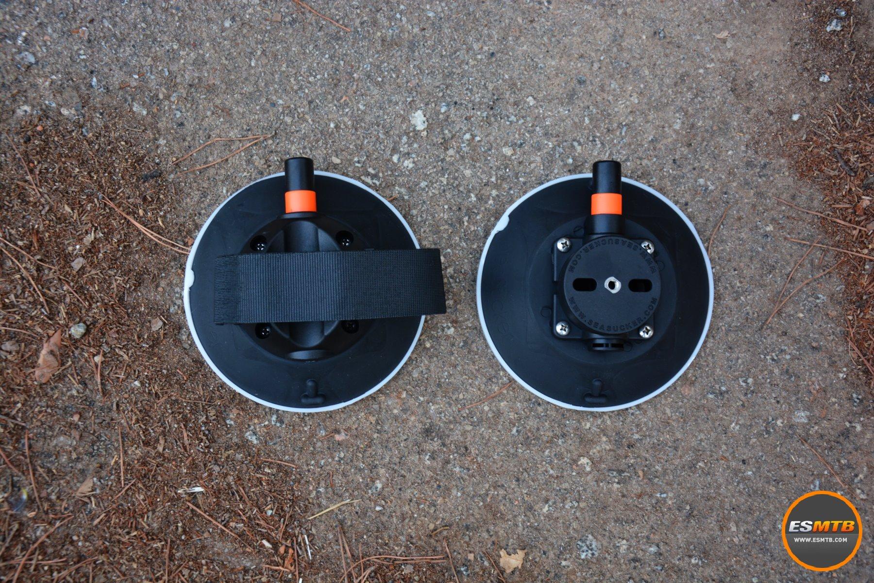 El soporte trasero para la rueda trasera, con velcro para fijar la rueda. Y una ventosa de repuesto incluída en el kit