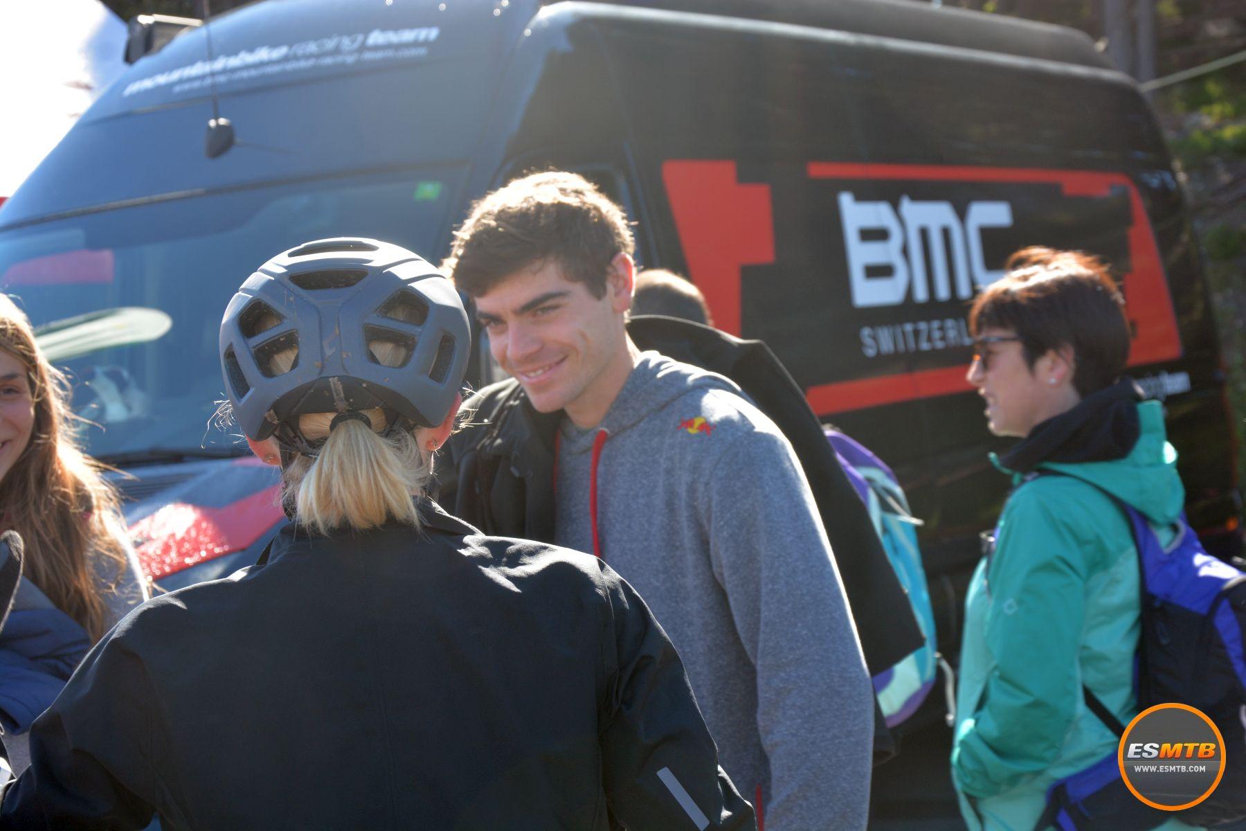 El chico de la foto es el francés Loic Bruni, el ex-campeón del mundo de DH (en Vallnord precisamente). ¿Y la chica que está de espaldas? Su actual pareja, la corredora sub-23 de Ghost Malene Degn, ex-pareja del también sub-23 de Specialized Simon Andreasen. Un poco de salsa rosa del MTB