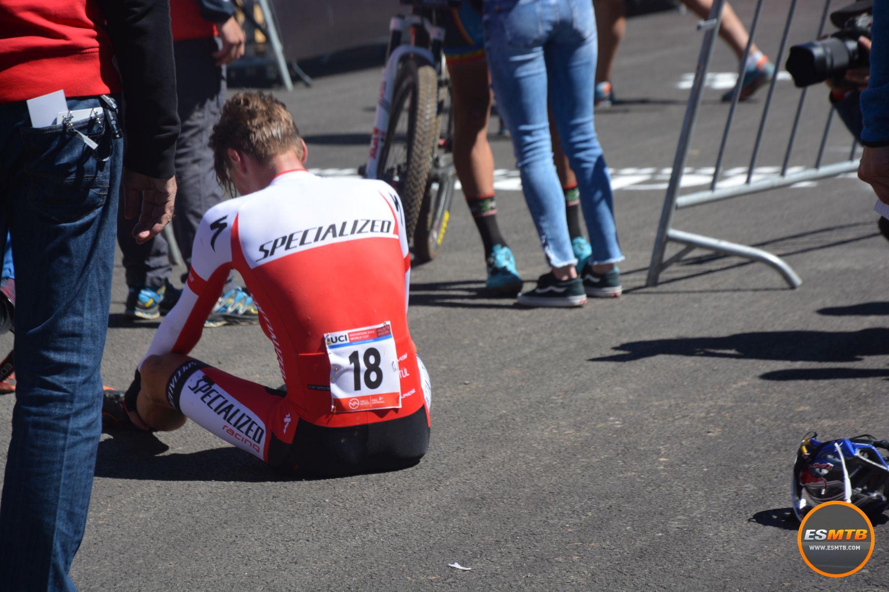 Simon Andreassen venía de pasar unas semanas con muchos problemas físicos. Su retorno a la competición no pudo ser mejor, ganando la carrera sub-23. Su primer victoria en Copa del Mundo en esta categoría. Estrenando la nueva Epic.