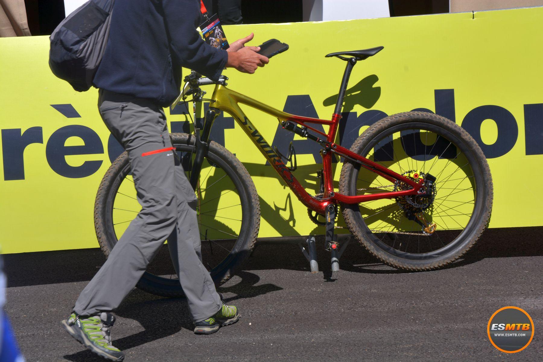 El comisario de la UCI con su tablet con sensor electro-magnético, listo para buscar motores en la bici del ganador. Un trabajo curioso...