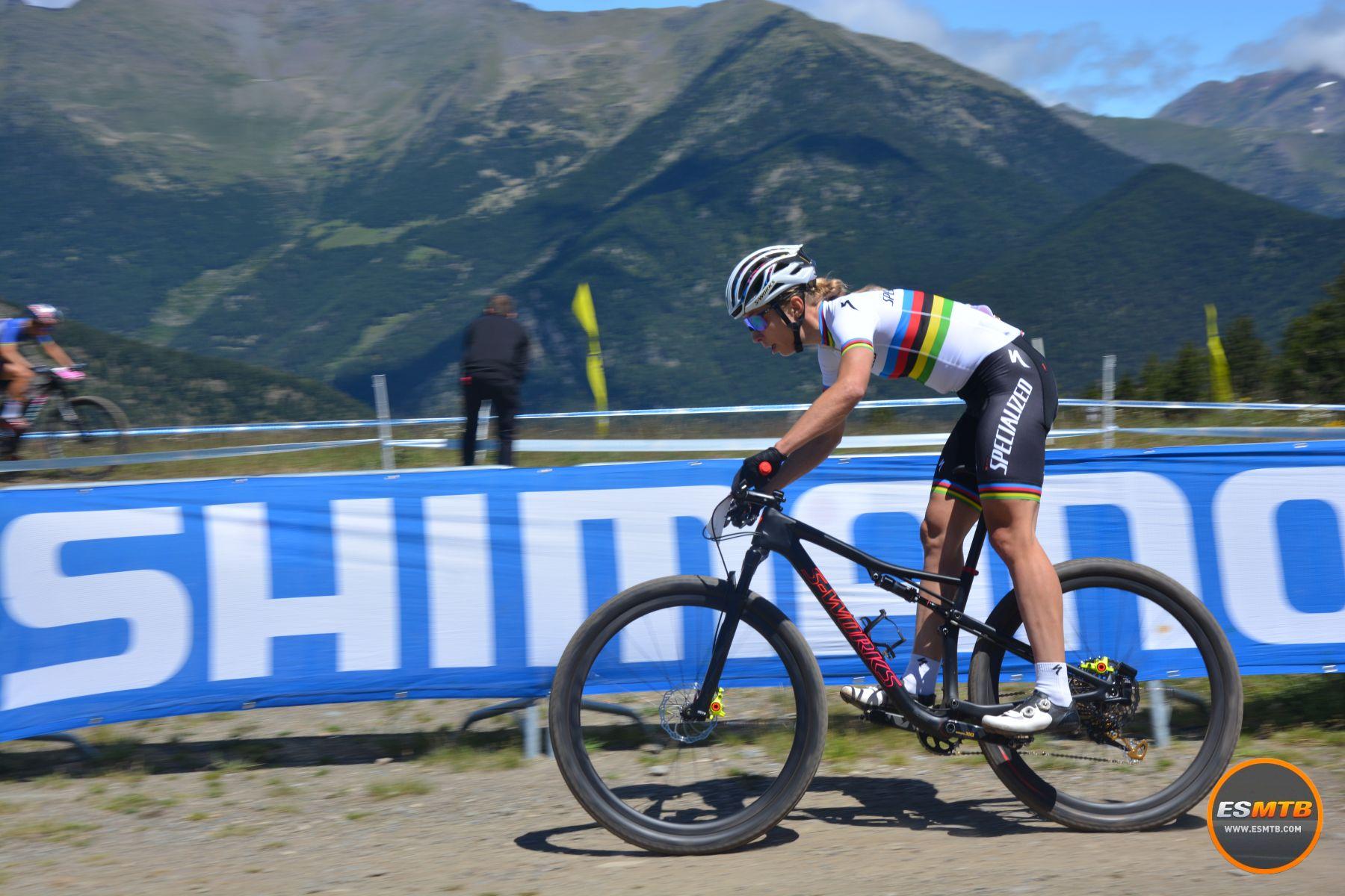 Annika Langvad había pasado una semana sin tocar la bici prácticamente, según explicaba ella misma. Recuperándose del esfuerzo de los mundiales de bike-maraton. Salió a la defensiva y su táctica de ir a más funcionó. Acabó 2ª.