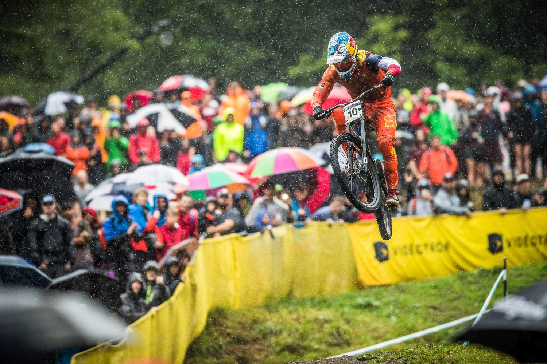 Loic Bruni bajo la lluvia. Foto Sebastian Schieck