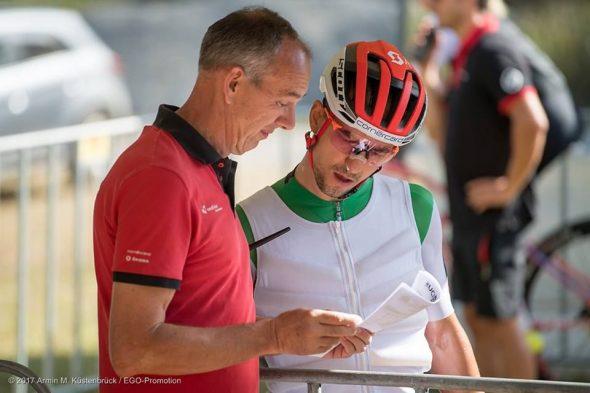 Nino Schurter controlando los detalles antes de su salida