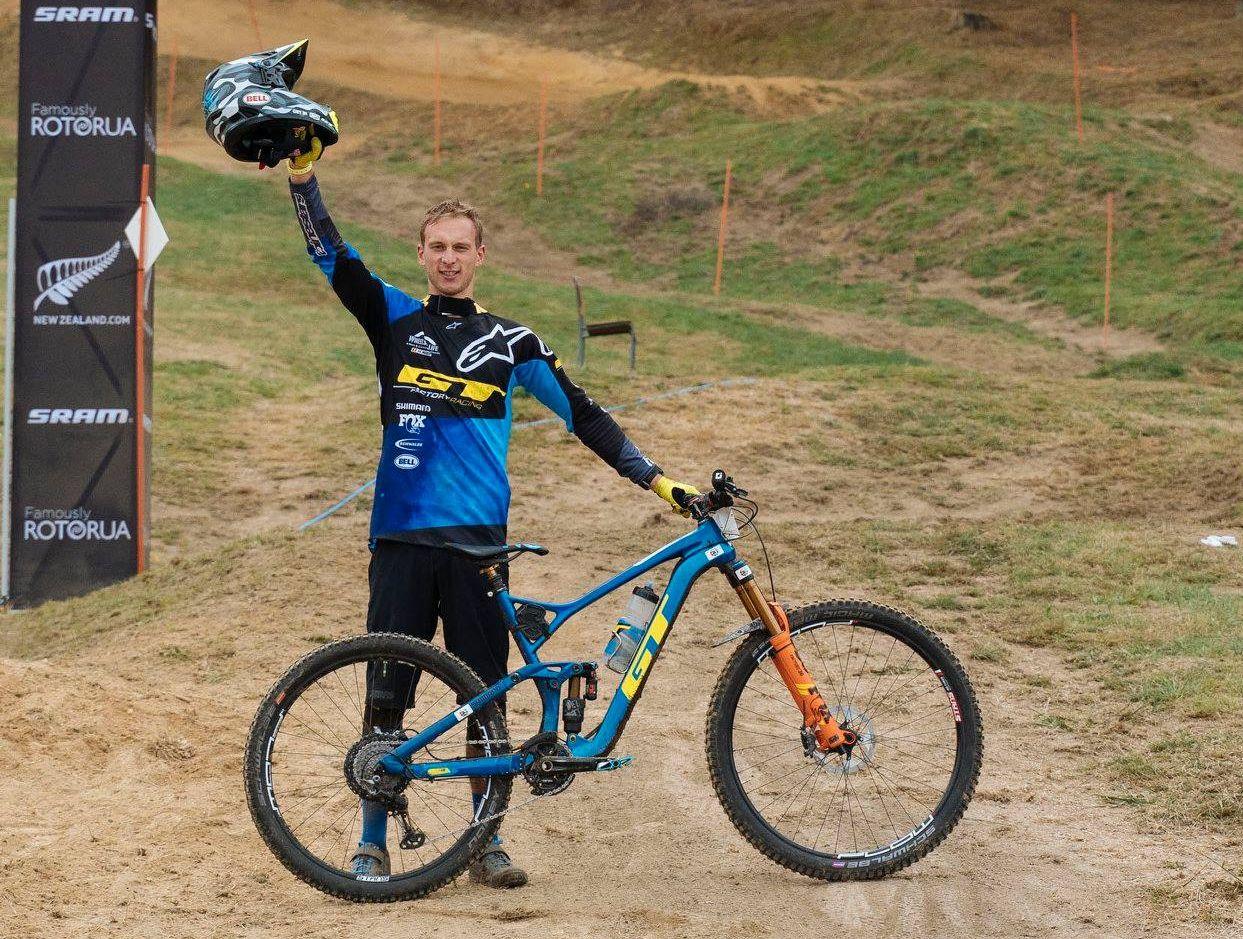 Martin Maes con su bici ganadora