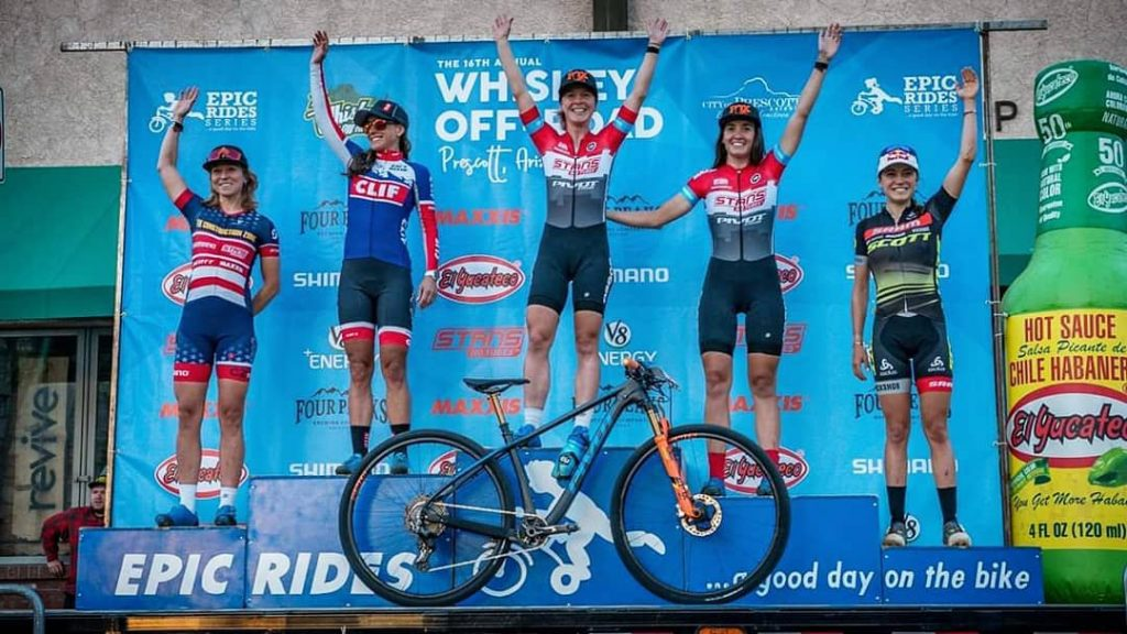Chloe Woodruff ganando el Fat Tire Crit